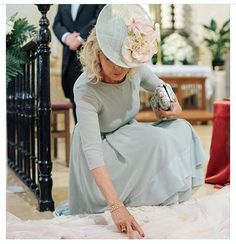 Mothers of a bride with a lot of style ❤️ Beatriz, dressed as Helena Mareque with … Maid Of Honour Dresses, Maid Of Honor, Gala Dresses, Wedding Dresses, Mother Of The Bride Gown, Races Fashion, Stylish Hats, Fancy Hats, Dressed To The Nines