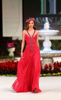 Miranda Kerr in a fashion show in Turkey Miranda Kerr Outfits, Miranda Kerr Style, Emma Style, Red Gowns, Victoria Secret Fashion Show, Catwalks, Types Of Fashion Styles, Beautiful Actresses, Chic Outfits
