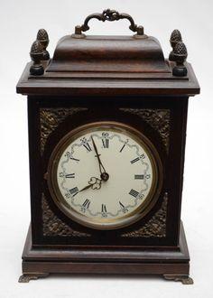 HERMLE - Antigo relógio de mesa alemão com caixa em madeira nobre com aplicações em bronze cinzelado