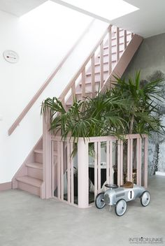 Go crazy and choose a pink staircase - Ideeën voor het huis - Painted Staircases, Painted Stairs, White Staircase, Staircase Design, Home Entrance Decor, House Entrance, Hallway Inspiration, Home Decor Inspiration, Entryway Stairs