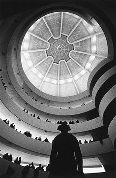 Credit: Dennis Stock/Magnum Photos The opening of the Guggenheim Museum – aka the 'hot cross bun' – in New York City in 1959 Magnum Photos, New York City, Black And White Photography, Modern Architecture, Art Museum, Art Photography, Artistic Photography, Places To Go, Dennis Stock