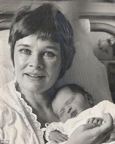 Dame Judi Dench with newborn daughter, Tara Cressida Frances (Finty) Williams September 1972 British Actresses, British Actors, Actors & Actresses, Divas, Cinema, Judi Dench, Maggie Smith, Hollywood, Short Hair