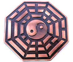 Pantáculo Baguá 8 cm 84002 NT <br>Produzido em Metal e simbolo in yang . <br>Usado no Feng Shui para dar equilíbrio dos lares ,comércios empresas. Figura geométrica de oito lados, cada pessoa representa uma área de harmonização com os quatro elementos da natureza.:Terra,fogo ar,água . <br>Representado por trabalho, sucesso, relacionamentos, criatividade, amigos, espiritualidade, família e prosperidade. <br>Sua função é orientar a distribuição das energias de forma harmoniosa dentro de um…