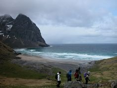 Kvalvika (tips Frode & Marita): På Moskenesøya, ytterst i Lofoten, er det et vell av turmuligheter. Flere av turene går til bukter på yttersiden av øya med nærkontakt med storhavet.Start fra Medvollen, 1,5 km NV for Fredvang, sørover på vestsiden av Børa, sør for pkt. 290, forbi Forsvatnet og ned til Kvalvika.