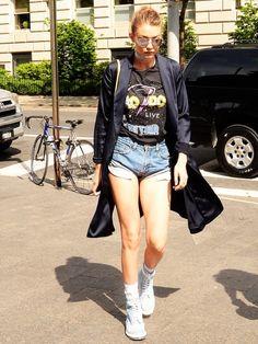 Gigi Hadid im ACDC-Shirt