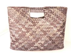 Harakeke (flax) contemporary design dyed in variant greens. Flax Weaving, Basket Weaving, Sisal, Traditional Baskets, Handbag Patterns, Basket Bag, Weaving Patterns, Purse Wallet, Contemporary Design