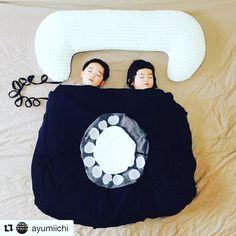 Essa mãe de gêmeos Ayumi @ayumiichi espera os filhos dormirem para fazer da cama um palco no qual ela monta cenografia com os próprios brinquedos das crianças, roupas , fantasias e lençóis ...   O resultado é simplesmente fantástico, lindo e inspirador! No insta ela mostra em vídeo como ela faz!