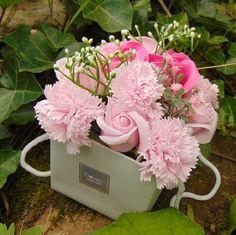 Bouquet en fleurs de savon Rose. Ajoutez simplement une ou deux roses à votre bain chaud, détendez-vous et regardez les fleurs se dissoudre juste devant vos yeux.  Vous apprécierez l'eau colorée et le parfum qui se diffusera.  Elles laisseront votre peau douce, soyeuse, et sentant merveilleusement fraîche.  Ou laissez les simplement en décoration d'intérieur, ils sont tellement beaux.  Chaque bouquet contient 7 roses de bain et 3 œillets de bain.  16x14.x16 cm