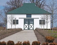 Renovated to its original state, the stallion barn where Man o' War stood during his stud career and the breeding shed now on Greg Goodman's Mt. Brilliant Farm near Lexington, Ky. Barn Storage, Built In Storage, Country Barns, Old Barns, Kentucky Horse Farms, Horse Racing, Race Horses, The Great Race, My Old Kentucky Home