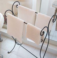 F.O.B COOPのタオルかけもバスルームにマッチ。