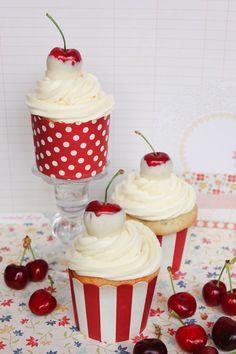 cupcakes de chocolate blanco y cerezas al marrasquino con crema de queso y chocolate blanco