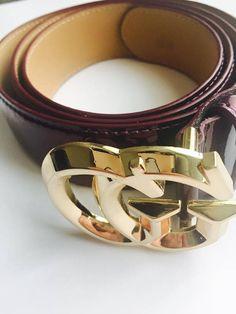 Authentique ceinture Gucci violet. Il s'agit d'une belle partie d'une ceinture genre. S'adapte à 45/125. Il est parfait accessoiriser avec un Jean ou accentuer votre tour de taille sur une belle robe. Serait le parfait des mères cadeau ou à donner à n'importe quelle femme spéciale. En parfait état neuf Taille : 45/125 Origine : Italie Livraison gratuite dans le monde entier Tout envoi est envoyé dans 1-2 jours ouvrables. S'il vous plaît noter que tout est fait de photographier ...