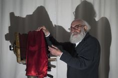 """Adolfo Kaminsky Il fotografo nato in Argentina e vissuto in Francia, Adolfo Kaminsky (87) in posa con una macchina fotografica """"Lorillon"""" nella sua casa di Parigi. Adolfo Kaminsky partecipò alla resistenza francese specializzandosi nella falsificazione di documenti d'identità (JOEL SAGET/AFP/Getty Images)"""