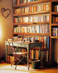 Writing space and many books Office Works, Dream Library, Personal Library, Home Libraries, Book Storage, Reading Room, Book Nooks, Love Book, Sweet Home