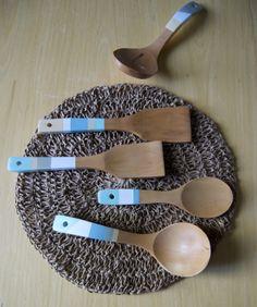 Cucharas de madera intervenidas con pinturas ecoamigables.