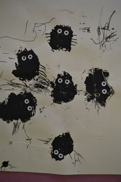 peuters thema spinnen: spinnen stempelen met krantenproppen en dan met zwarte stift pootjes laten tekenen + 2 oogjes van verstevigingsringetjes preschool theme spiders: stamping spiders with newspaperballs  www.jufanneleen.com