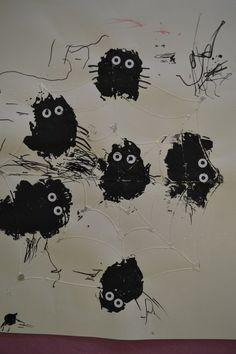 Spinnen stempelen met krantenproppen en dan met zwarte stift pootjes laten tekenen + 2 oogjes van verstevigingsringetjes