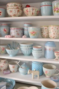 Shabby Chic Interior Design Ideas For Your Home Casas Shabby Chic, Shabby Chic Mode, Estilo Shabby Chic, Shabby Chic Cottage, Shabby Chic Style, Shabby Chic Decor, Cottage Style, Cottage Farmhouse, Vintage Dishes