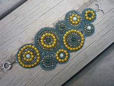 http://rosewoodbuttons.blogspot.fi/2010/06/project-5-circular-brick-stitch-cuff.html