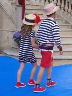 Preciosa parejita de niños desfilando en la pasarela de moda infantil Petit Style Walking en Barcelona