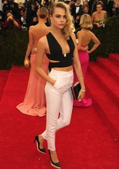 #CaraDelevingne 's unconventional crop top and white cigarette leg skinny jeans. Love it