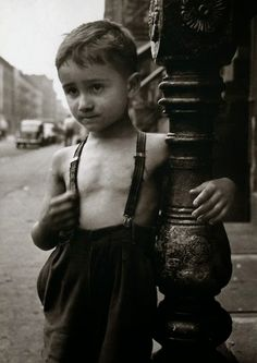 Shirtless boy in New York City, 1948 - Photo by Esther Bubley