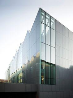 La riconversione, a Milano, della Ex Riva Calzoni ha generato un comprensorio di insediamenti per uffici, quasi tutti legati al settore moda attraverso la re-interpretazione di spazi industriali di particolare valore.  Questo progetto, sviluppato per ...