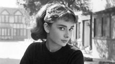 Audrey Hepburn on the set of Sabrina; I love Audrey as Sabrina! Audrey Hepburn Outfit, Audrey Hepburn Mode, Audrey Hepburn Photos, Audrey Hepburn Bangs, Audrey Hepburn Wallpaper, Audrey Hepburn Roman Holiday, Aubrey Hepburn, Classic Hollywood, Old Hollywood