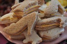 5.- La comida o botana, algo que siempre se le hacen a los niños además de nuggets, son sandwiches, y qué te parece que consigas un molde, o que tu con un cuchillo des forma, se ven magníficas: