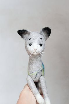 He encontrado este interesante anuncio de Etsy en https://www.etsy.com/es/listing/229337938/marcell-felt-cat-art-puppet-felted-toy