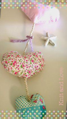 COLGANTE DE PARED CON CORAZONES DE TELA DIY Fabric Hearts, Crafty Craft, Heart Art, Handicraft, Nursery Decor, Garland, Diy And Crafts, Shabby Chic, Xmas
