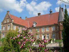 Burg Hülshoff:   Das 1545 fertig gestellte Geburtshaus der Annette von Droste-Hülshoff ist unmittelbar von einer Gräfte umgeben.   http://www.muensterland-tourismus.de/12260/burg-huelshoff-havixbeck #Schloss #Münsterland