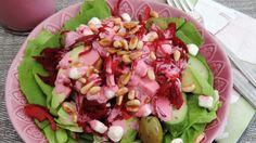Salade van rode bietjes geserveerd met geitenkaas en avocado