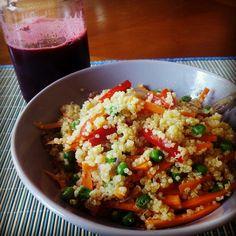 Quinoa blanca con pimiento rojo, zanahoria y guisantes