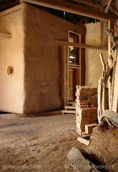 Esto es parte de la singular casa de troncos y balas de paja que Luke se construyó en el interior de un antiguo pajar de piedra en Výžerky, en la República Checa. Más fotos en www.naturalhomes.org/es/homes/gavlovsky-barn.htm