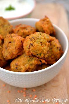 Beignets de lentilles épicés et raïta concombre-menthe. Une recette végétarienne . La recette par une aiguille dans l potage.