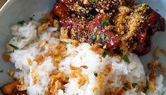 Indonesisch koken, we doen het graag thuis. Dit is een klassiekertje: saté ajam (kipsaté) en babi smoor…