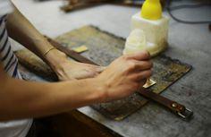 Atelier Bleu de Chauffe - Opération de collage avant piqûre #Craftsmanship #artisan