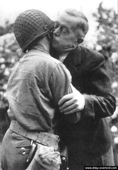 Le maire, M. M.Poidevin, embrasse un soldat américain colleville sur mer