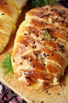 Soczysta, cudownie pachnąca i pyszna roladka z kurczaka z warzywami w cieście francuskim to danie, które znakomicie pasuje i na obiad i na kolację. Doskonale smakuje podana na ciepło, oczywiście wyciągnięta prosto z piekarnika, jednak równie dobra jest na zimno. Do jej przygotowania użyłam aromatycznego, bardzo kremowego serka Arla Apetina o smaku grilowanej papryki i...Read More