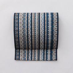 江戸切子などの模様で使われる「籠目切子(かごめきりこ)」という柄をモチーフにした、OKANO平地の名古屋帯です。