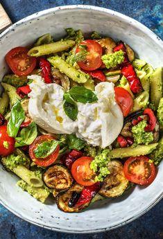 Rezept für: Italienische Pasta-Bowl mit Burrata, selbst gemachtem Antipasti Gemüse & Basilikum-Pesto Bowl / Italienisch / Veggie /Pastasalat / Pasta / Nudeln / Kochen / Essen / Ernährung / Lecker / Kochbox / Zutaten / Gesund / Schnell / Abendessen / Mittagessen / Frühling #hellofreshde #bowl #bowlrezept #veggie #pasta kochen #essen #abendessen #mittagessen #zutaten #diy #richtiglecker #familie#rezept #kochbox #ernährung #lecker #gesund #leicht #schnell #einfach #frühling
