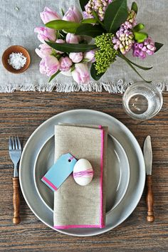 Pretty linens and spring touches for an Easter table. Easter Table Settings, Diy Ostern, Easter Traditions, Easter Parade, Easter Dinner, Easter Recipes, Easter Crafts, Happy Easter, Decoration