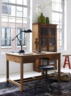 Een oud bureau krijgt een nieuw leven! Combineer met een stoere kruk en industriële lamp!