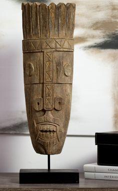 Holzmasken sind Elemente kosmopolitischer Wohnungen - schlicht und nicht zwanghaft dekoriert....