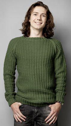 Sweateren til ham skal være helt enkel og gerne med raglanærmer som på denne flotte sweater, der er strikket i et lille, nemt strukturmønster - strikkeopskriften finder du herunder.
