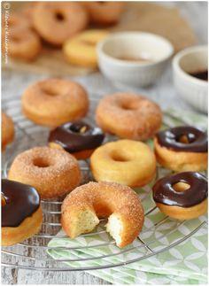 Klassische Donuts mit Zimtzucker oder Schokolade