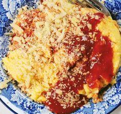 Polenta con queso y salsa de tomates.