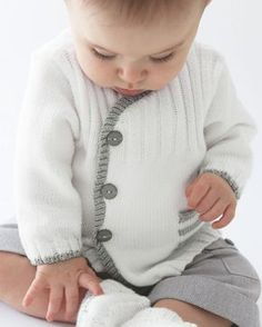 Diy Crafts - Gilet layette blanc Phildar Love this little jacket, wish it was in English! Pattern is shown in French! Baby Cardigan Knitting Pattern Free, Crochet Baby Sweaters, Vest Pattern, Knitted Baby Blankets, Baby Knitting Patterns, Baby Patterns, Cardigan Bebe, Pull Bebe, Baby Pullover