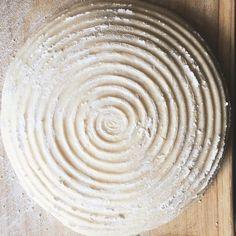 Endlich das erste Mal Pizza-Teig selbst gemacht - nach einem Rezepz von @cynthiabarcomi. Statt einer Schüssel habe ich fürs Gehenlassen ein Gärkörbchen verwendet. Man sieht schön die Rillen die übrigens auch bei Bäckerbroten von solchen Körbchen stammen. Der Teig war sehr gut ausrollbar. Die Körbchen sind aus sehr atmungsaktivem Material wodurch Teige sehr gut gehen (meins ist aus Peddigrohr 18cm). Die Körbchen kosten nicht viel und sind eine gute Anschaffung wenn man öfters mit Teig zu tun…